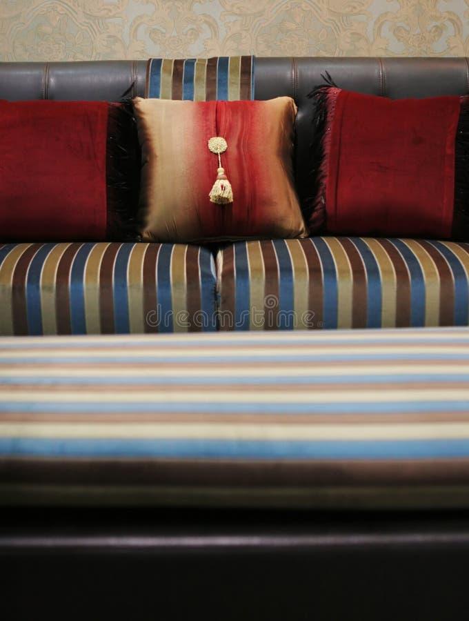 Sofà moderno con i cuscini fotografia stock libera da diritti