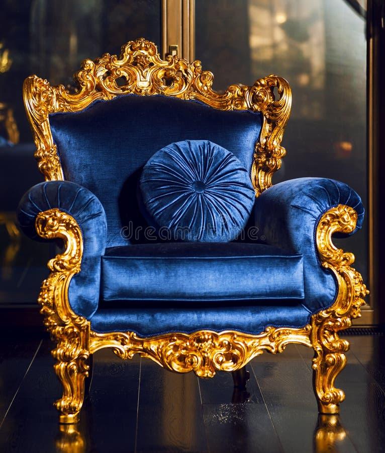 Sofà reale blu classico sull'interno lussuoso fotografie stock libere da diritti