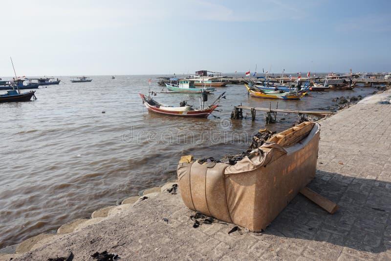Sofà rotto alla spiaggia fotografia stock libera da diritti