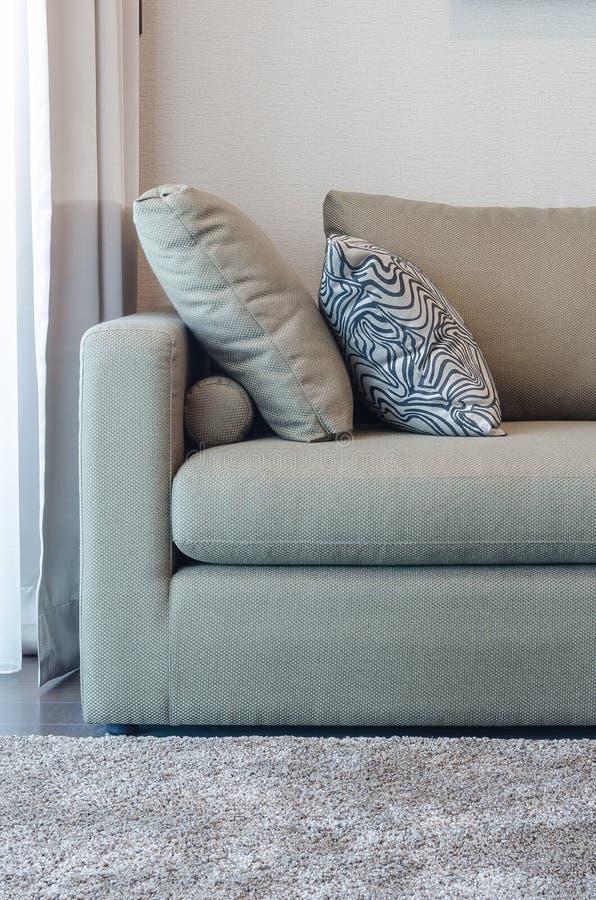 Download Sofà Verde Del Tessuto Con Il Cuscino In Bianco E Nero Fotografia Stock - Immagine di luce, interno: 55363872