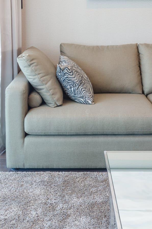 Download Sofà Verde Del Tessuto Con Il Cuscino In Bianco E Nero Fotografia Stock - Immagine di mobilia, cuscino: 55364094