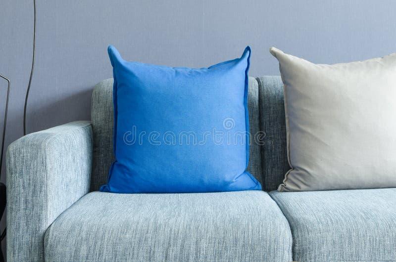 Download Sofà Verde Moderno Con I Cuscini Blu E Grigi Immagine Stock - Immagine di luce, elegante: 55362007