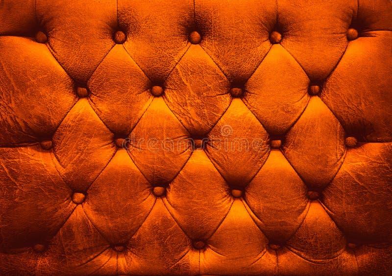 Sofá abotonado tapicería de cuero roja fotos de archivo libres de regalías