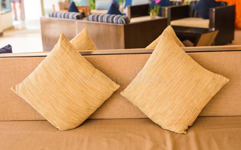 Sofá acogedor con las almohadas Interior de la sala de estar y concepto casero de la decoración imagen de archivo libre de regalías