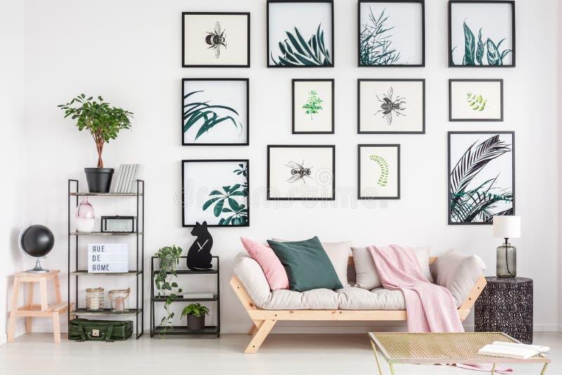 Sofá acogedor en sala de estar imagen de archivo libre de regalías