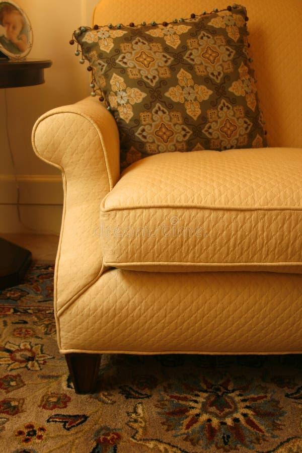 Sofá, almohadilla y alfombra del oro fotografía de archivo libre de regalías