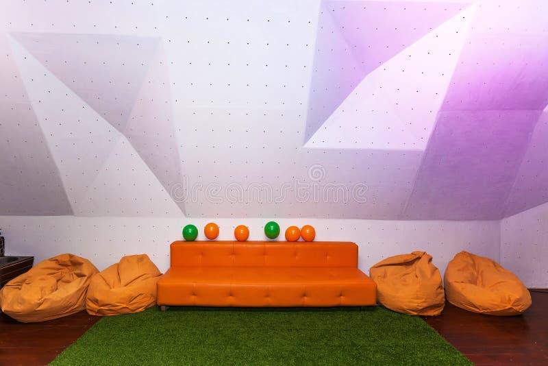 Sofá anaranjado imagenes de archivo