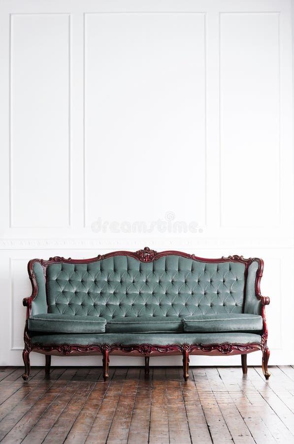 Sofá antigo em um interior retro Fundo do vintage fotografia de stock royalty free