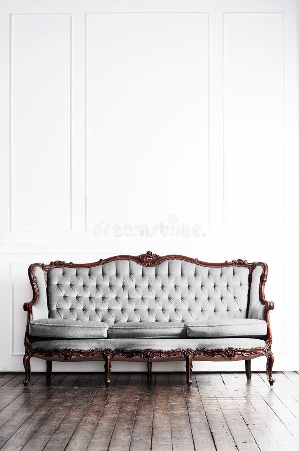 Sofá antiguo en un interior retro Fondo de la vendimia fotografía de archivo libre de regalías
