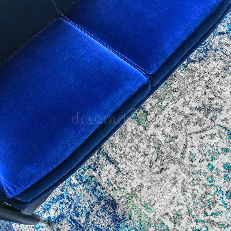 Sofá azul luxuoso de veludo foto de stock
