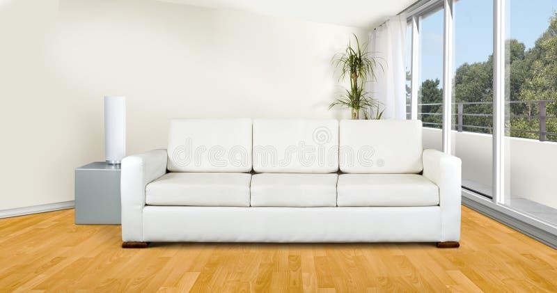 Sofá blanco en sala de estar foto de archivo