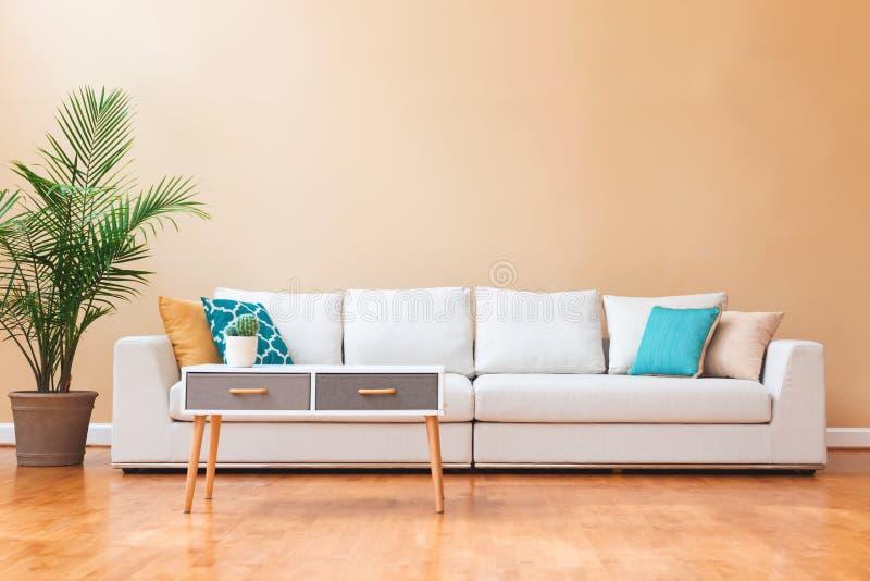 Sofá branco em uma grande casa luxuosa imagem de stock royalty free
