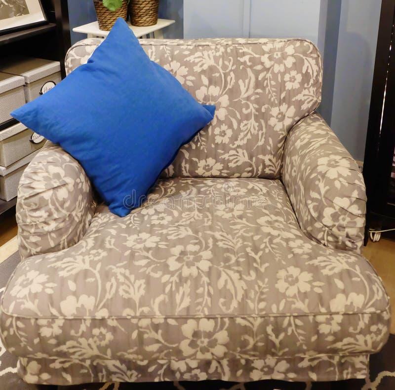 Sofá cómodo y clásico en sala de estar imagen de archivo