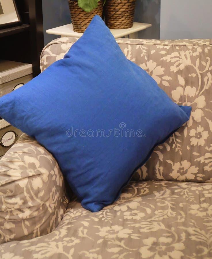 Sofá cómodo y clásico en sala de estar imagen de archivo libre de regalías