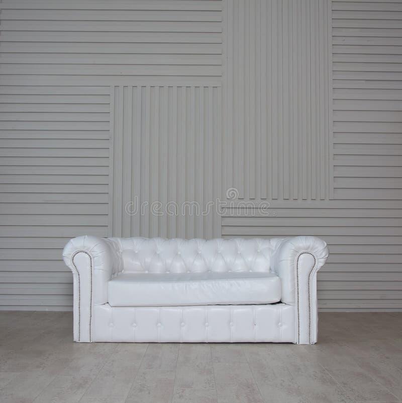Sofá clásico blanco fotografía de archivo