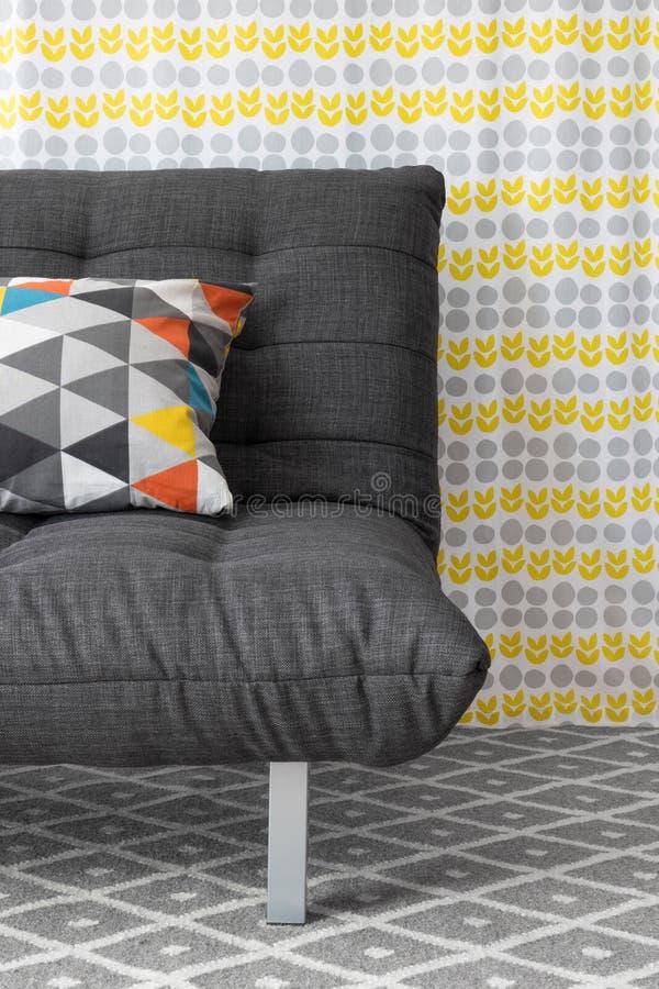 Sofá con el amortiguador colorido foto de archivo libre de regalías