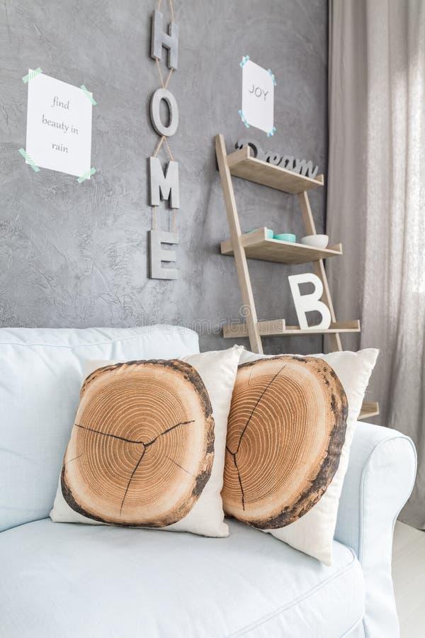 Sofá con las almohadas en sala de estar fotografía de archivo