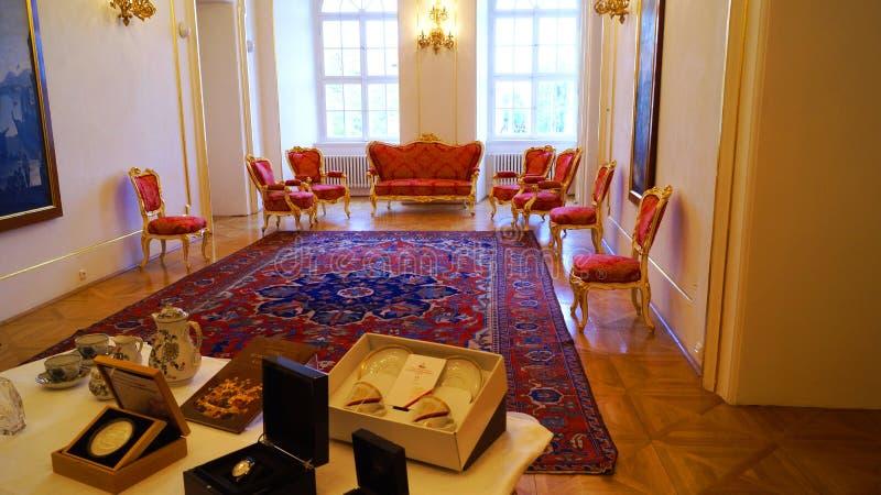 Sofá da mobília e poltronas reais antigos no interior do castelo de Praga em Praga foto de stock
