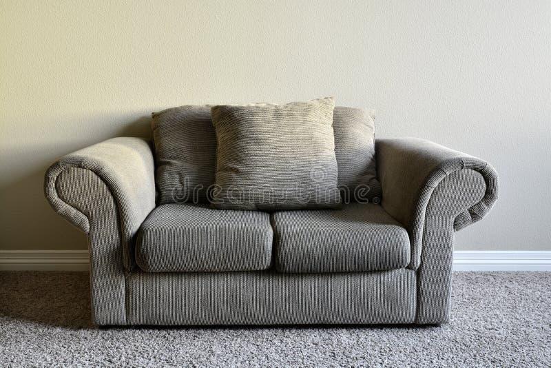 Sofá de Brown dentro del hogar imagen de archivo