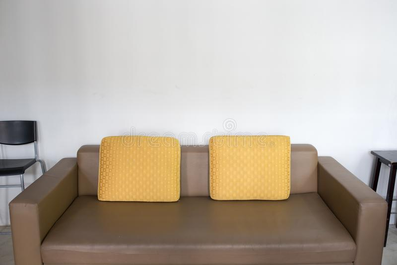 Sofá de couro de Brown imagens de stock royalty free