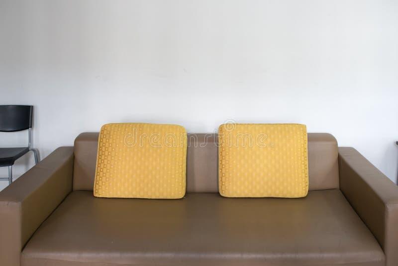 Sofá de couro de Brown imagem de stock royalty free