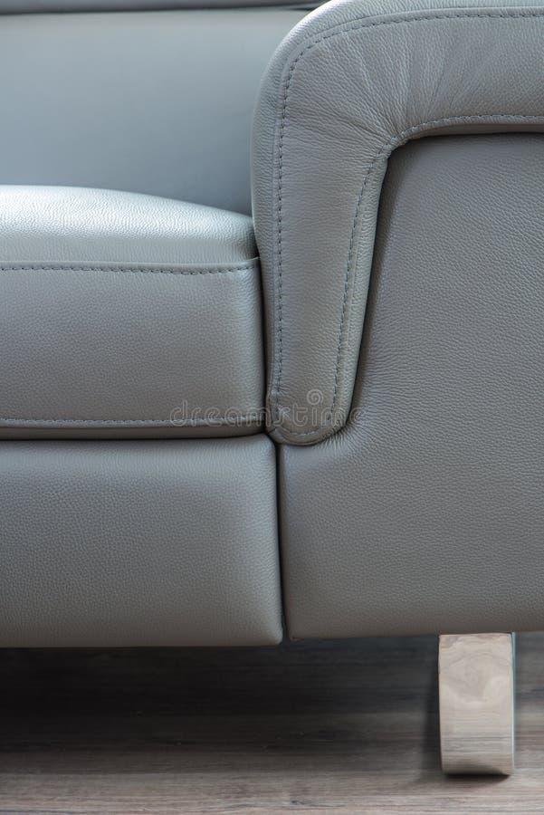 Sofá de couro cinzento moderno, fim acima da vista foto de stock