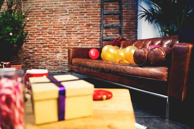 Sofá de couro com ballons em um interior da casa imagens de stock royalty free