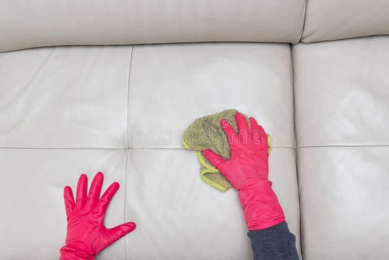Sofá de couro de limpeza do homem da vista superior em casa imagens de stock