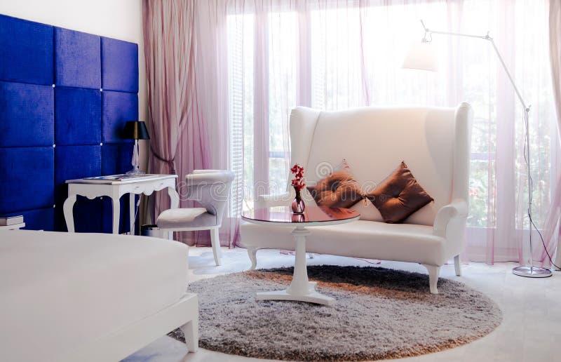Sofá de cuero del sofá del vintage interior de lujo del vintage con la lámpara de pie imagen de archivo