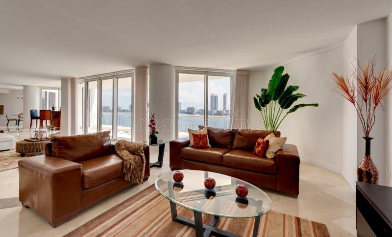 Sofá de cuero en el apartamento moderno fotos de archivo