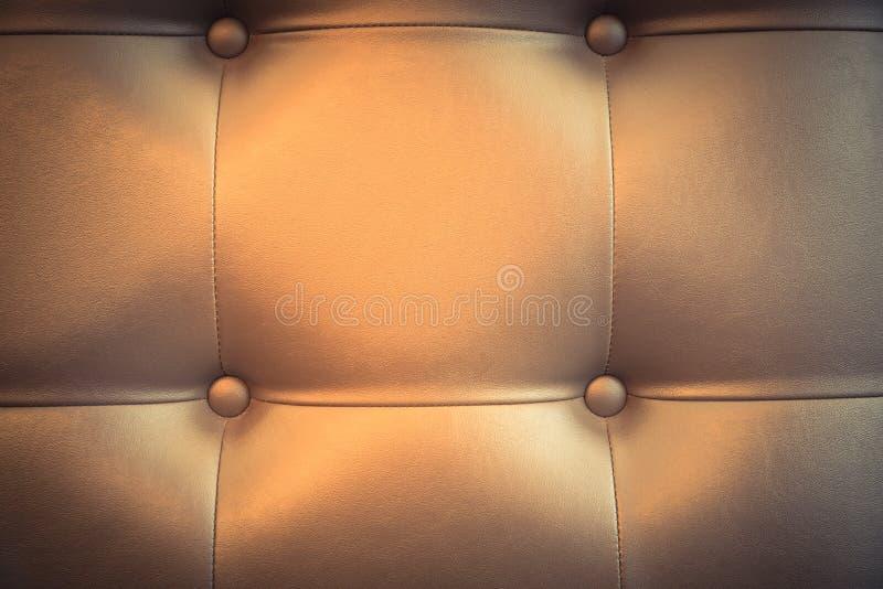 Sofá de cuero filtrado de la textura del marrón de la imagen como uso ascendente y del fondo falso imagenes de archivo