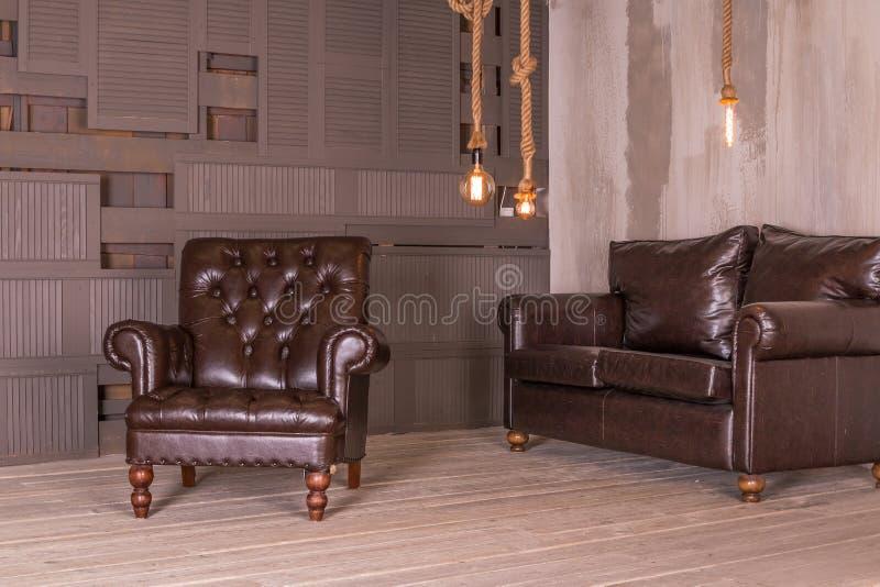 Sofá de cuero de la butaca de Brown y del cuero del vintage Composici?n interior Muebles retros Dise?o creativo Copie el espacio fotografía de archivo libre de regalías