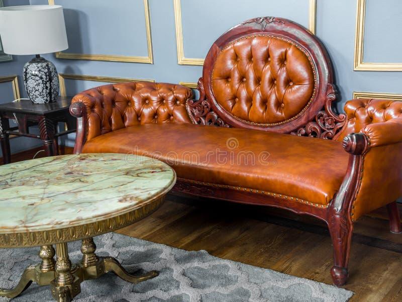 Sofá de cuero marrón de lujo del vintage imágenes de archivo libres de regalías