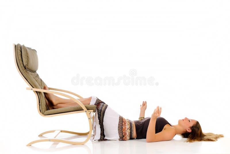 Sofá de la mujer meditating fotografía de archivo
