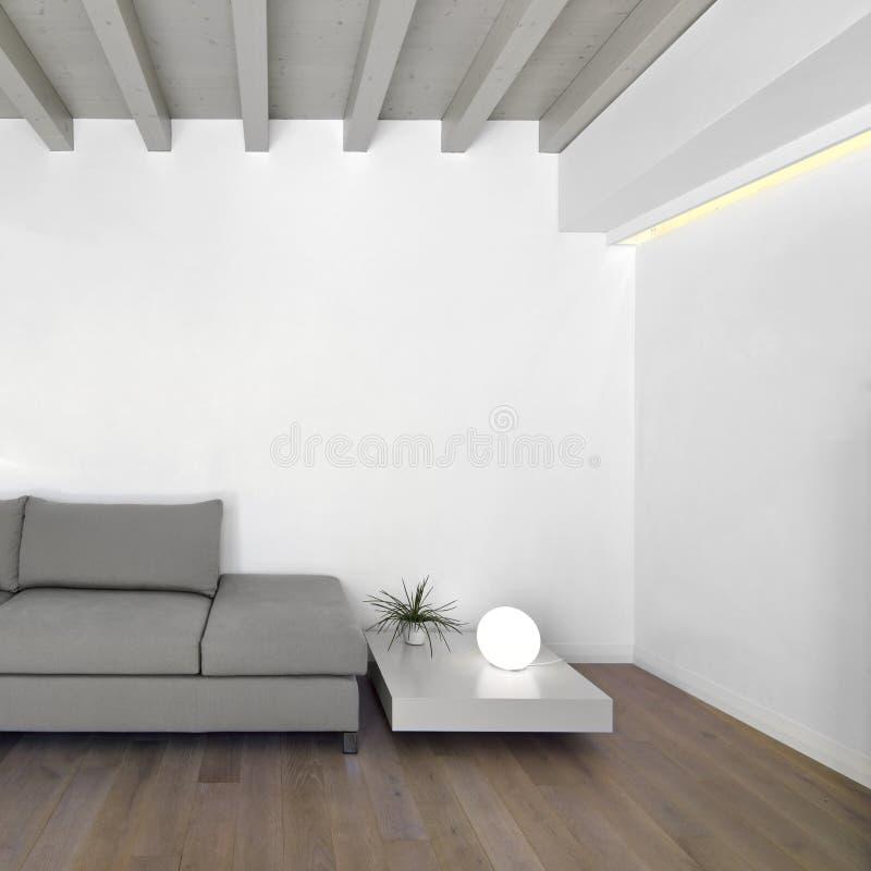 Sofá de la tela en la sala de estar moderna imagenes de archivo