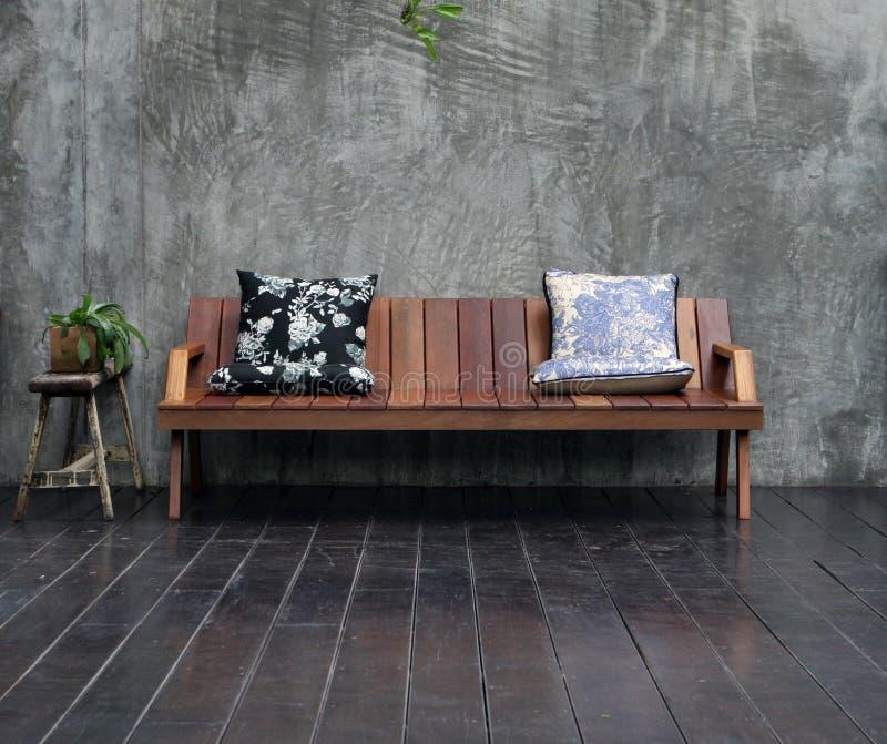 Sofá de madera imagenes de archivo