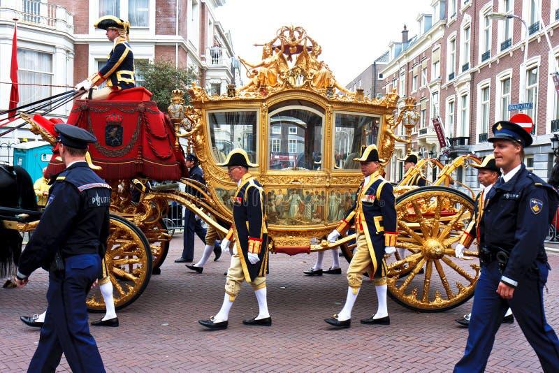 Sofá de oro de Beatriz la reina de Países Bajos fotografía de archivo libre de regalías
