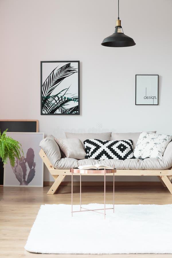 Sofá del diseñador con las almohadas imagen de archivo libre de regalías