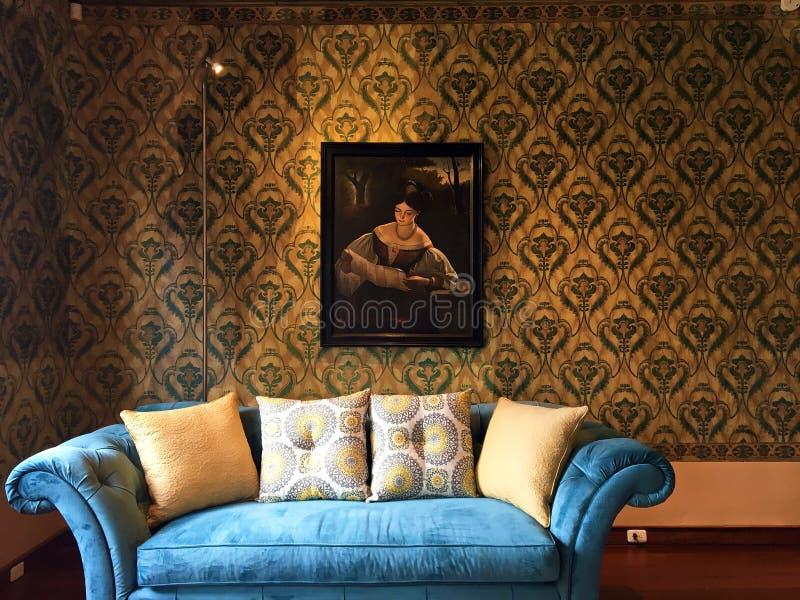 Sofá del terciopelo en sala de estar en el Museo Remigio Crespo Toral, Cuenca Ecuador fotografía de archivo