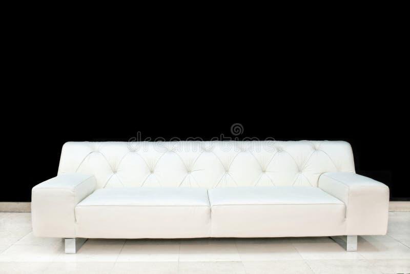 Sofá do couro branco fotografia de stock royalty free