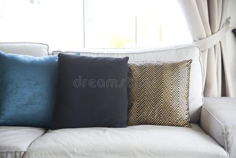 Sofá e coxim colorido foto de stock