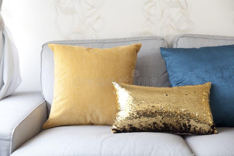 Sofá e coxim colorido foto de stock royalty free