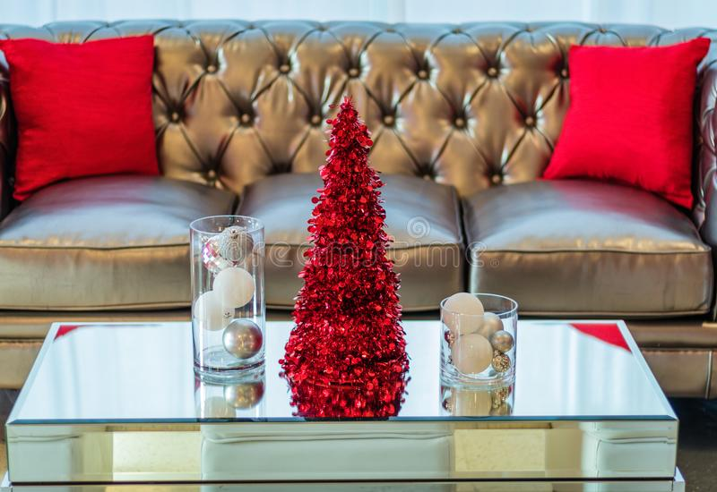 Sofá e mesa de centro da festa natalícia na decoração temático vermelha e branca foto de stock