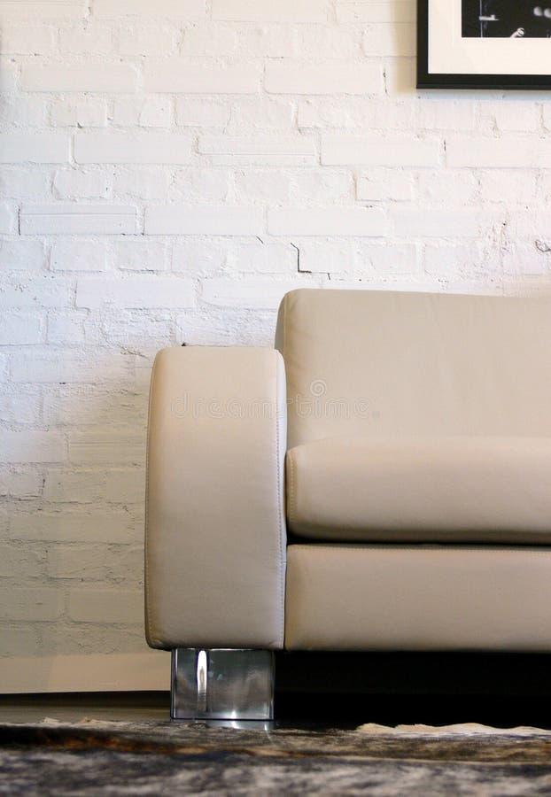 Sofá e parede de tijolo de couro fotografia de stock royalty free
