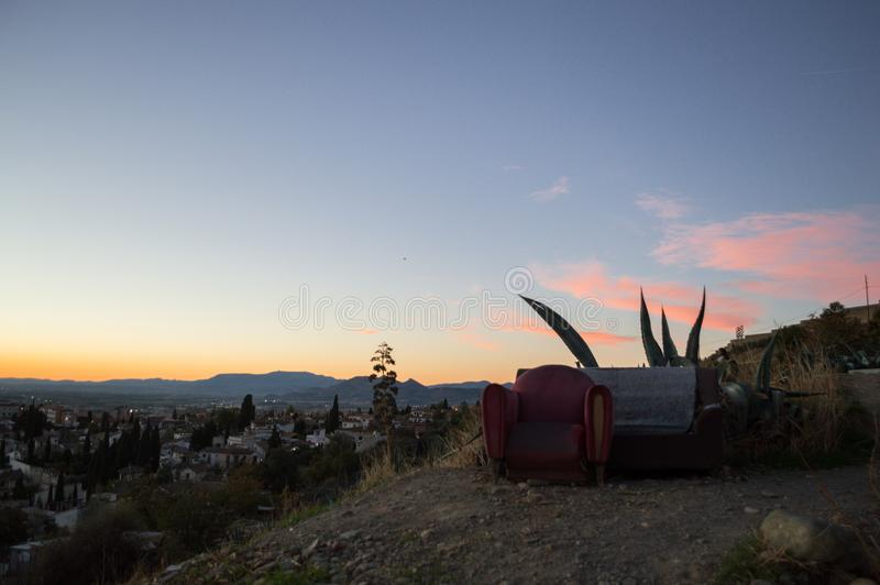 Sofá e poltrona exteriores no monte de Sacromonte, Granada, Espanha imagens de stock