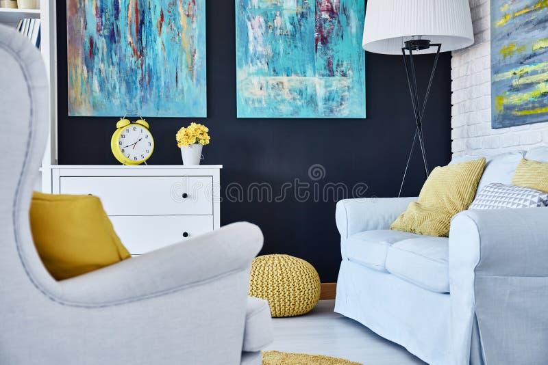 Sofá e poltrona na sala de visitas fotos de stock