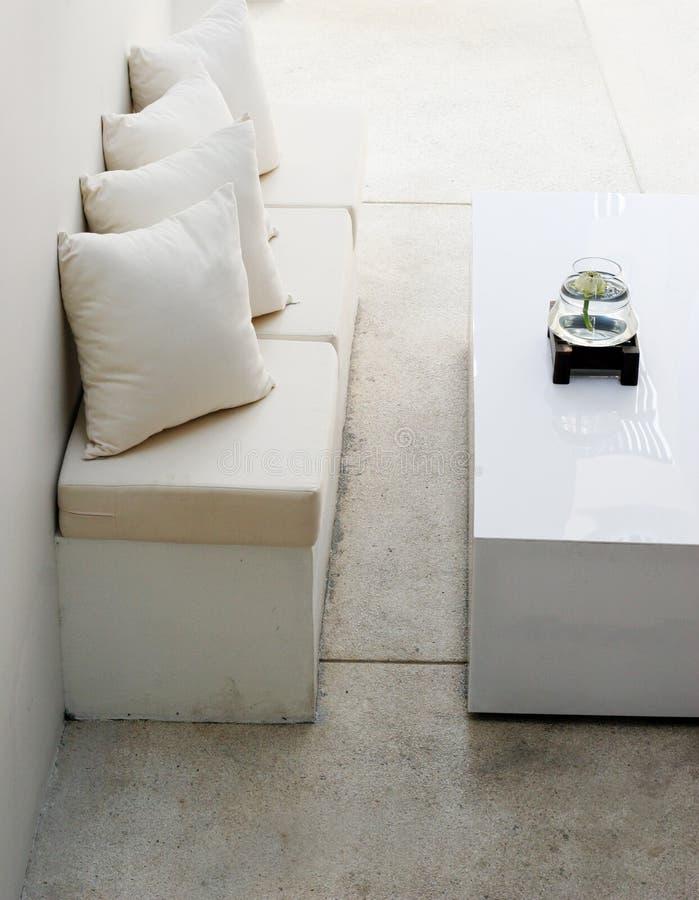 Sofá e tabela brancos fotos de stock royalty free