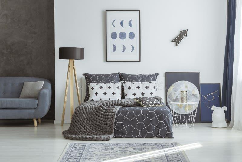 Sofá en dormitorio de los azules marinos fotografía de archivo