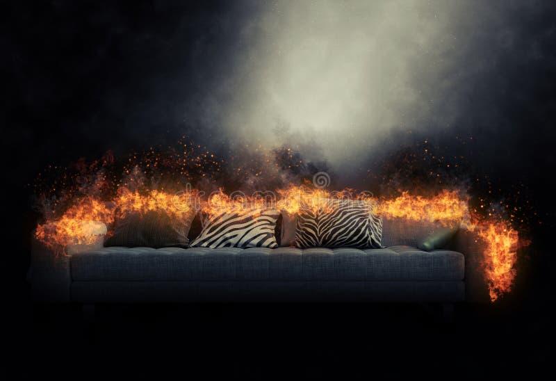 Sofá engullido en llamas ardientes foto de archivo