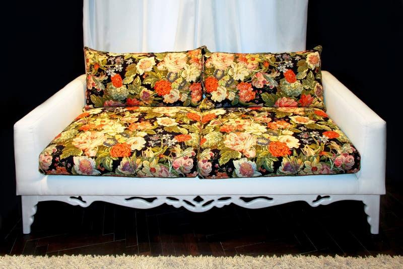 Sofá floral imagem de stock royalty free